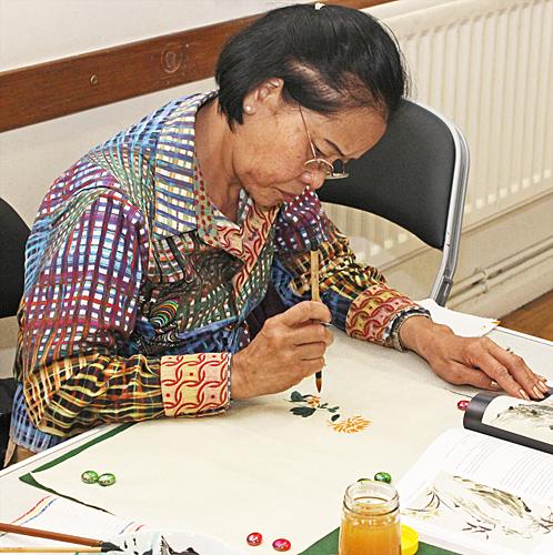 Noi Matthews painting a chrysanthemum
