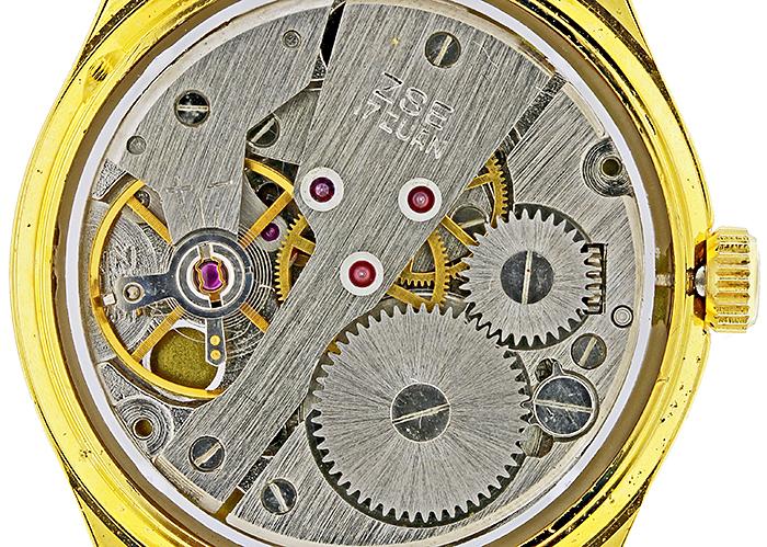Wristwatch mechanism using shadowless illumination